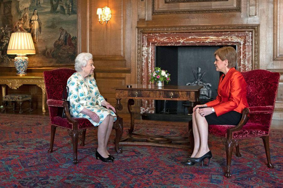 La reine Elizabeth II avec la Première ministre écossaise Nicola Sturgeon à Edimbourg, le 4 juillet 2018