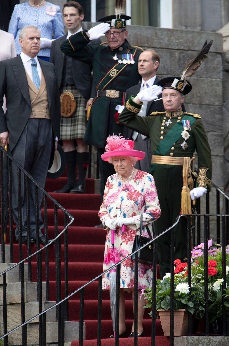 La reine Elizabeth II avec ses fils les princes Andrew et Edward à Edimbourg, le 4 juillet 2018