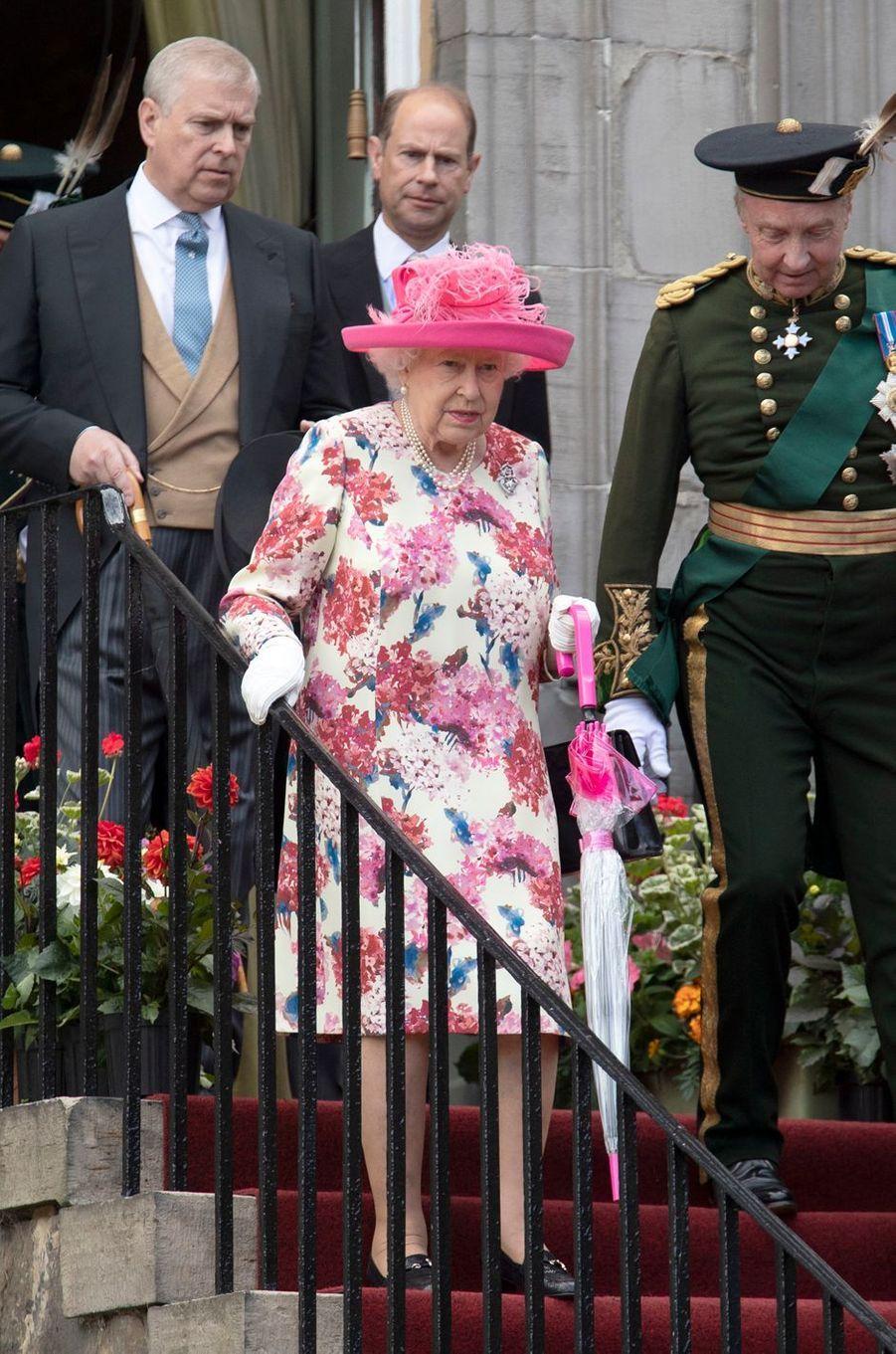 La reine Elizabeth II avec ses fils les princes Andrew et Edward à Edimbourg en Ecosse, le 4 juillet 2018
