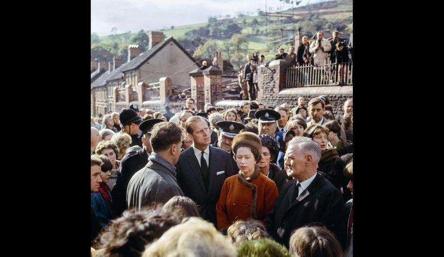 La visite du village minier d'Aberfan au Pays de Galles, après qu'un glissement de terrain a causé la mort de 144 personnes, 1966