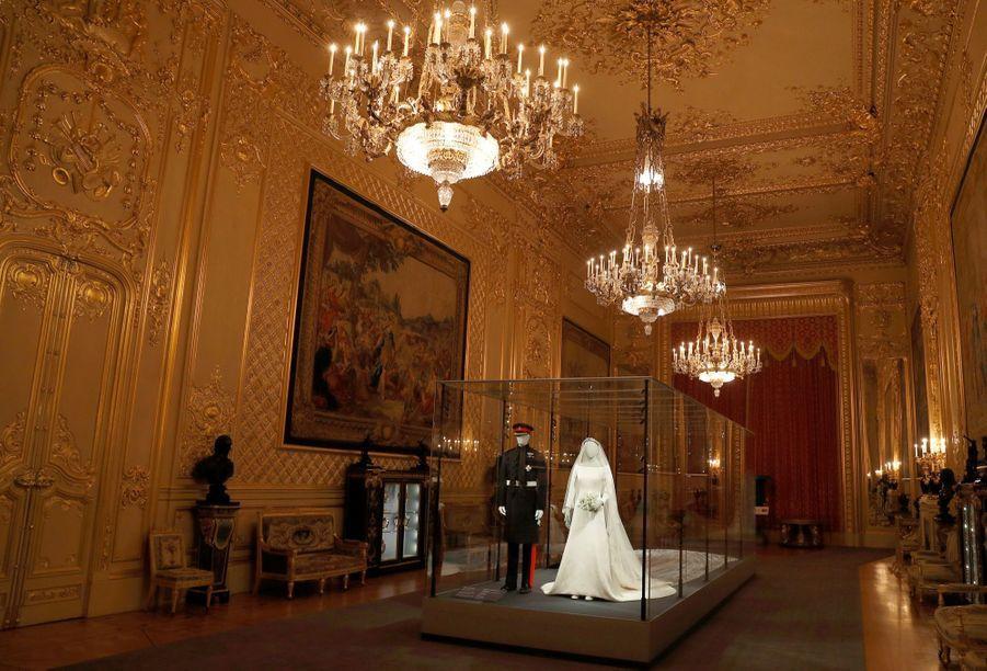 La Robe De Mariée De Meghan Markle Exposée À Windsor ( 11