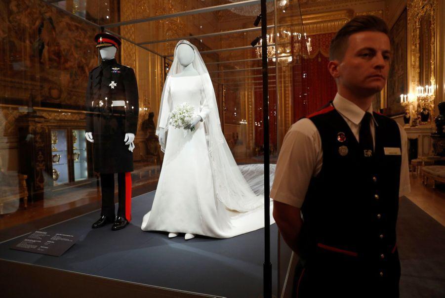 La Robe De Mariée De Meghan Markle Exposée À Windsor ( 7