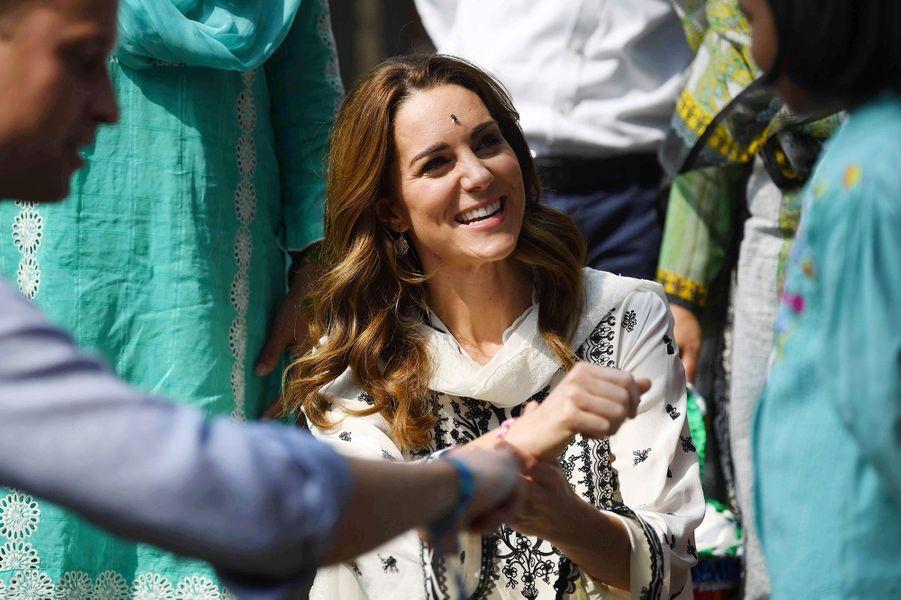 Le prince William et Kate Middleton ont visité de nouveau un orphelinat de Lahore vendredi avant de quitter le Pakistan