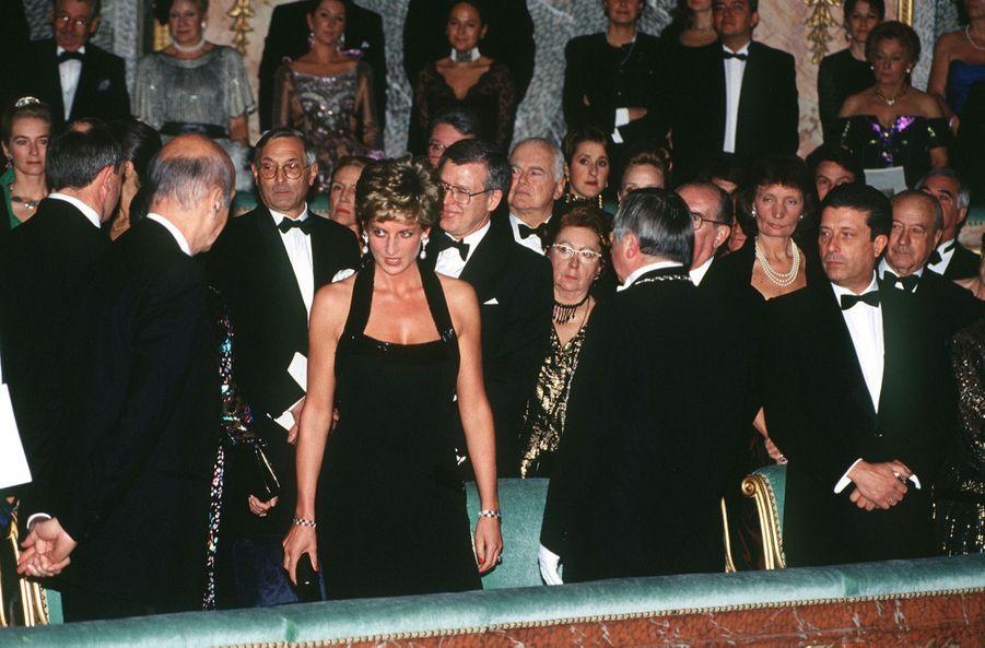 La princesse Diana, en compagnie de l'ancien président de la République Valery Giscard d'Estaing au dîner de gala de la Fondation pour l'enfance, au château de Versailles, le 28 novembre 1994.