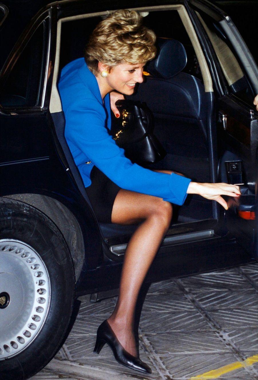 « C'est en Jaguar que Diana a apporté une touche de charme et de sympathie toute britannique au coeur du XXe arrondissement de Paris. La princesse avait choisi une crèche qui accueille les enfants de parents en difficulté. » - Paris Match n°2376, 8 décembre 1994