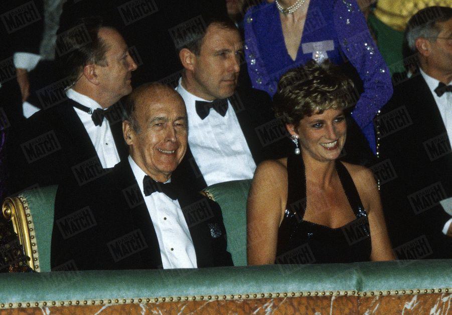 « La princesse Diana avec Valéry Giscard d'Estaing au balcon de l'Opéra de Versailles. » - Paris Match n°2376, 8 décembre 1994