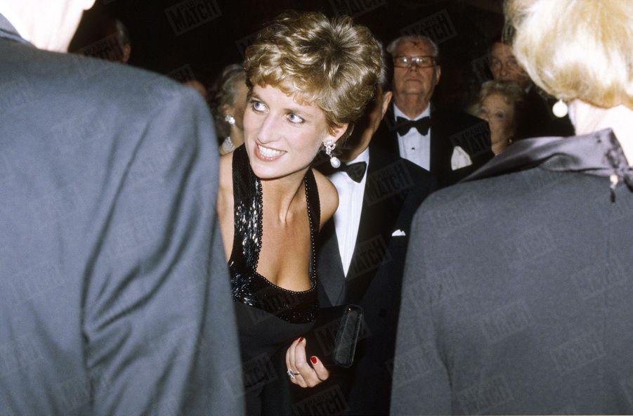 « Invitée par Anne-Aymone Giscard d'Estaing à présider le dîner de gala de la Fondation pour l'enfance, la princesse de Galles reste l'ambassadrice de charme de la Couronne britannique » - Paris Match n°2376, 8 décembre 1994