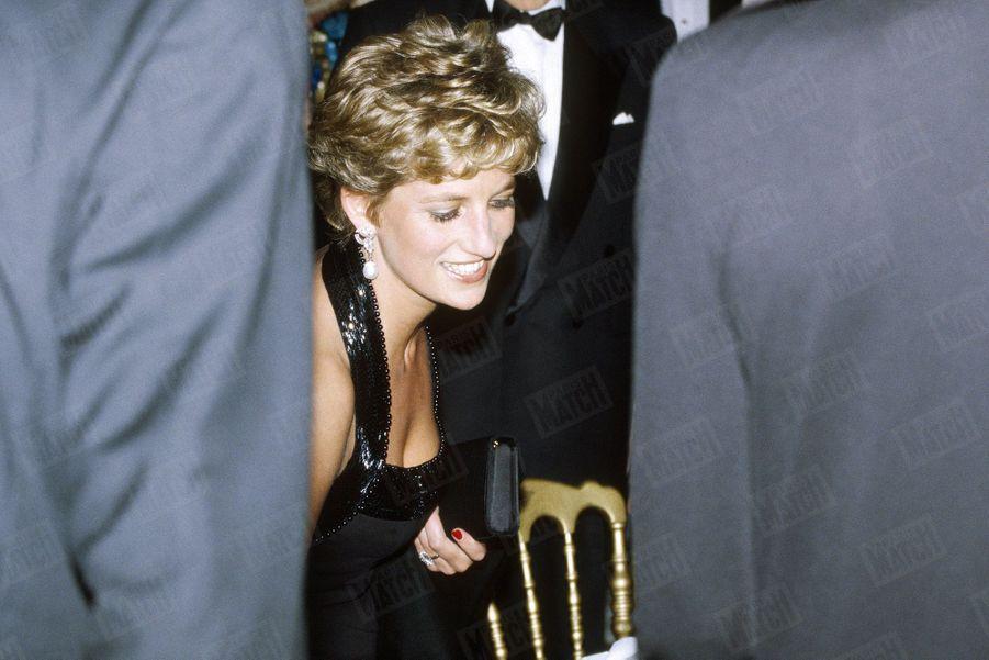 La princesse Diana, invitée par Anne-Aymone Giscard d'Estaing à présider le dîner de gala de la Fondation pour l'enfance, au château de Versailles, le 28 novembre 1994.
