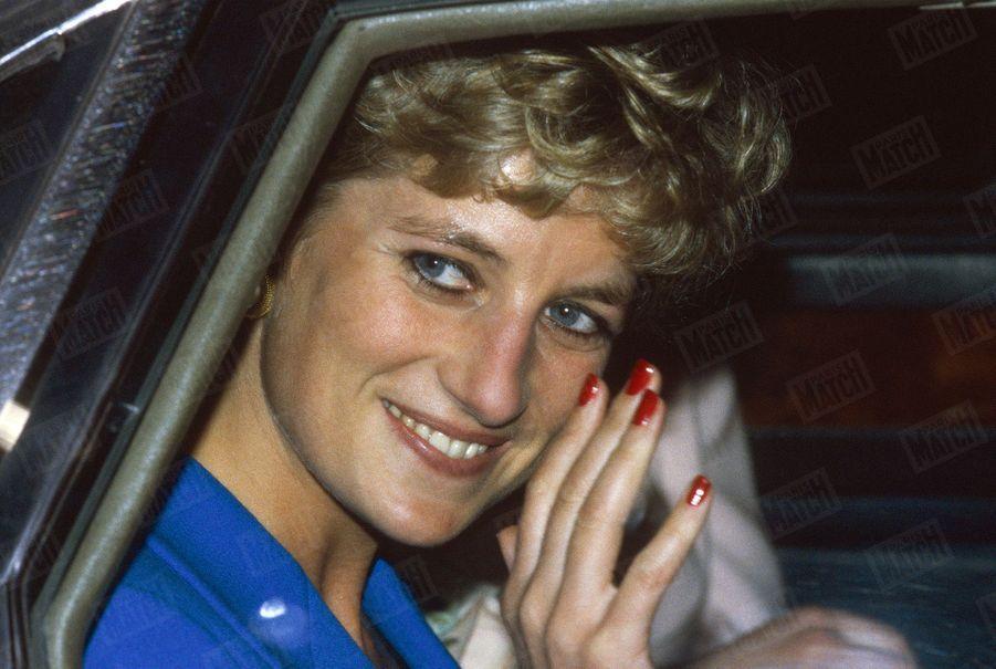 La princesse Diana lors d'une visite dans une crèche accueillant les enfants de parents en difficulté, dans le XXe arrondissement de Paris, le 28 novembre 1994.