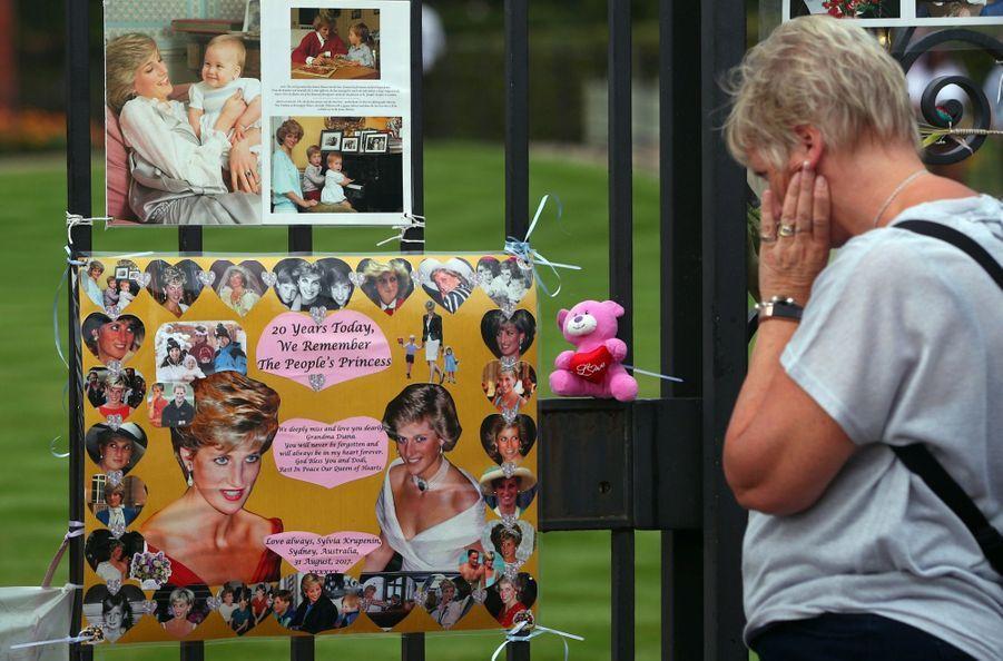 Diana : L'hommage Des Admirateurs Devant Kensington, 20 Ans Après 1
