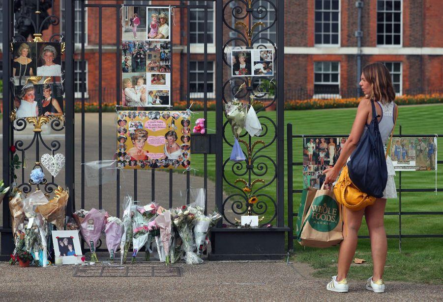 Diana : L'hommage Des Admirateurs Devant Kensington, 20 Ans Après 2
