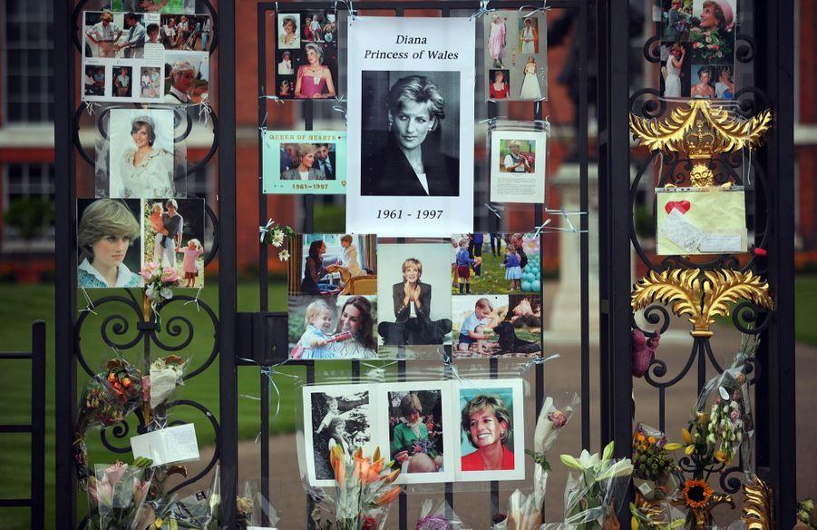 Diana : L'hommage Des Admirateurs Devant Kensington, 20 Ans Après 3