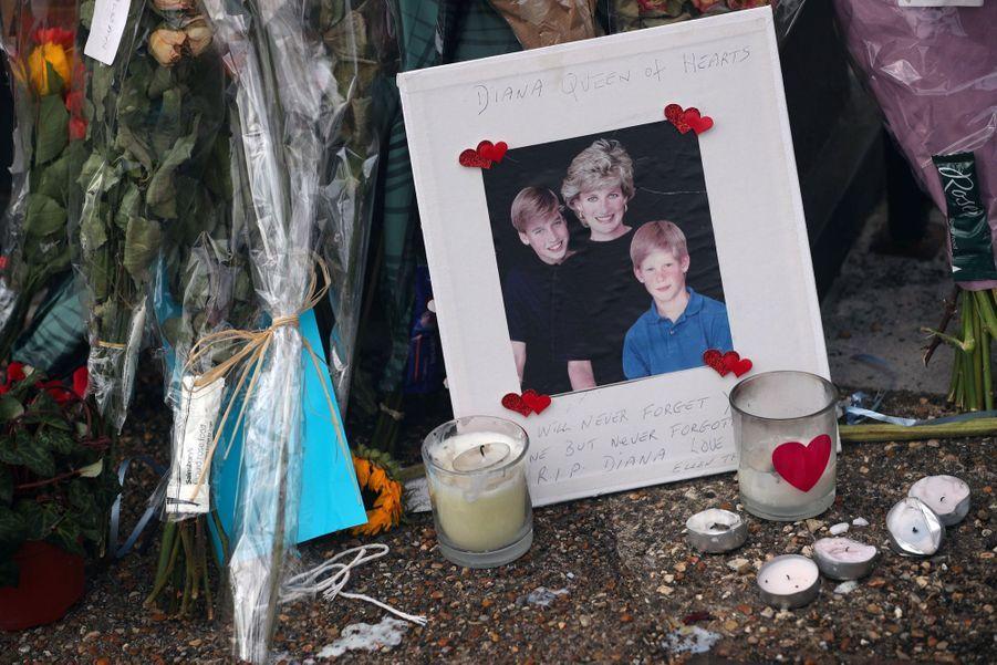 Diana : L'hommage Des Admirateurs Devant Kensington, 20 Ans Après 5