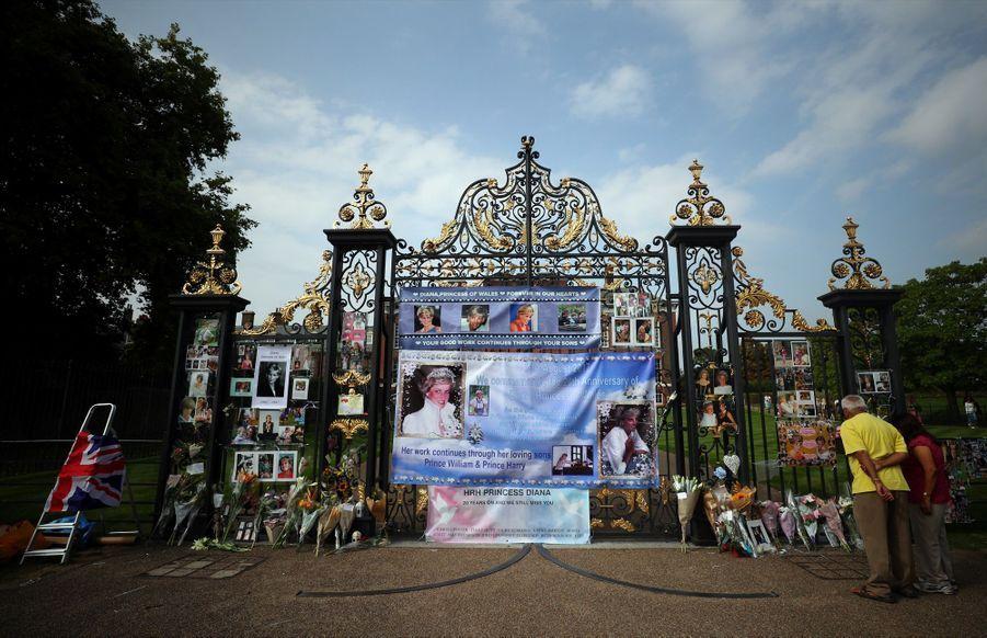 Diana : L'hommage Des Admirateurs Devant Kensington, 20 Ans Après 6