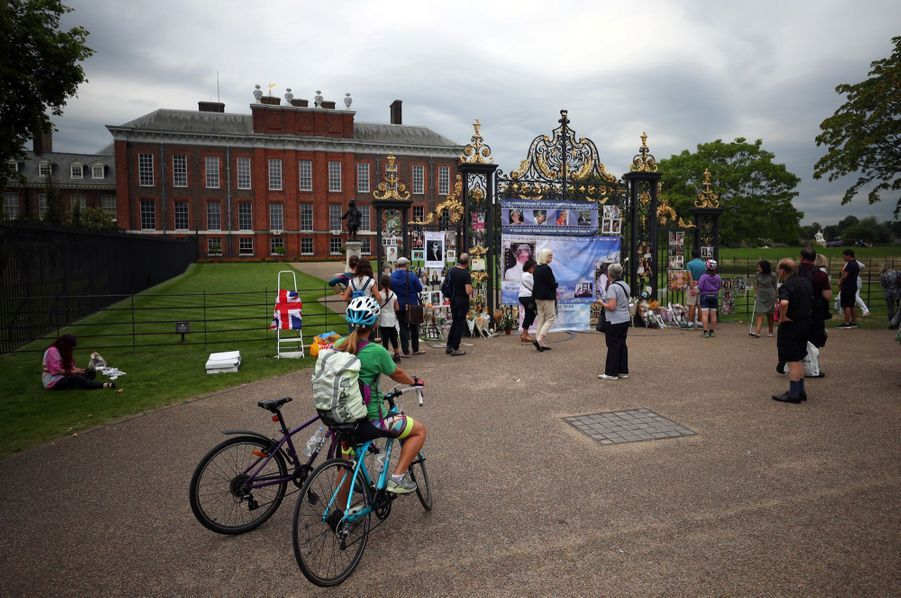 Diana : L'hommage Des Admirateurs Devant Kensington, 20 Ans Après 7