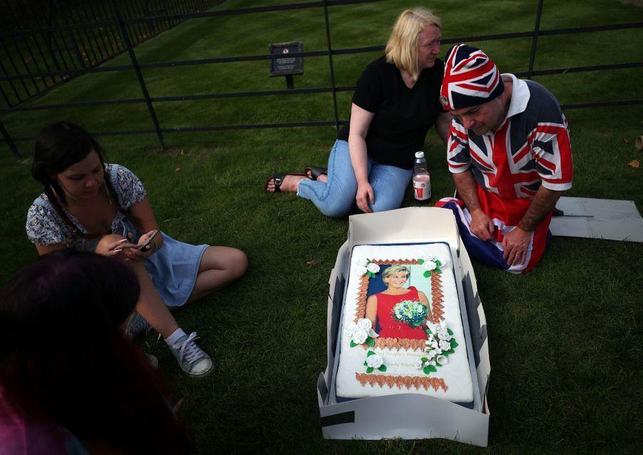 Diana : L'hommage Des Admirateurs Devant Kensington, 20 Ans Après 8