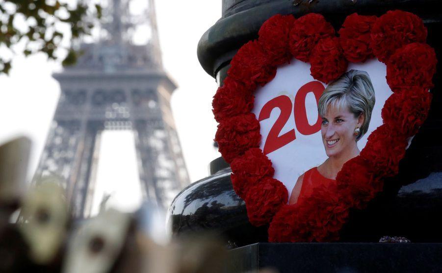 Diana : L'hommage Des Admirateurs Devant Kensington, 20 Ans Après 9