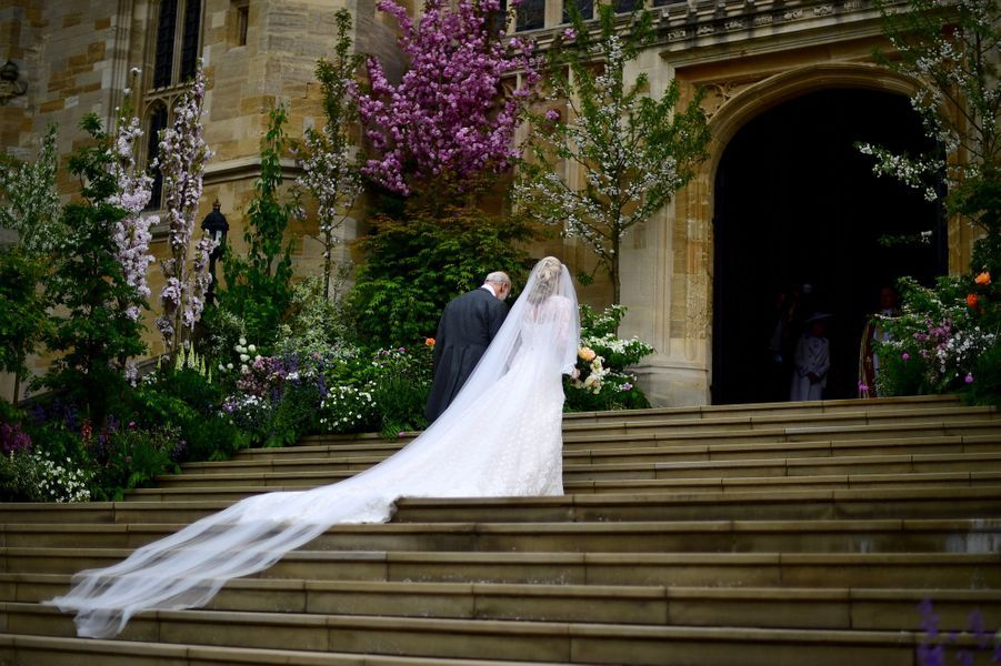 La robe de mariée et le long voile de Lady Gabriella Windsor, de dos, à Windsor le 18 mai 2019