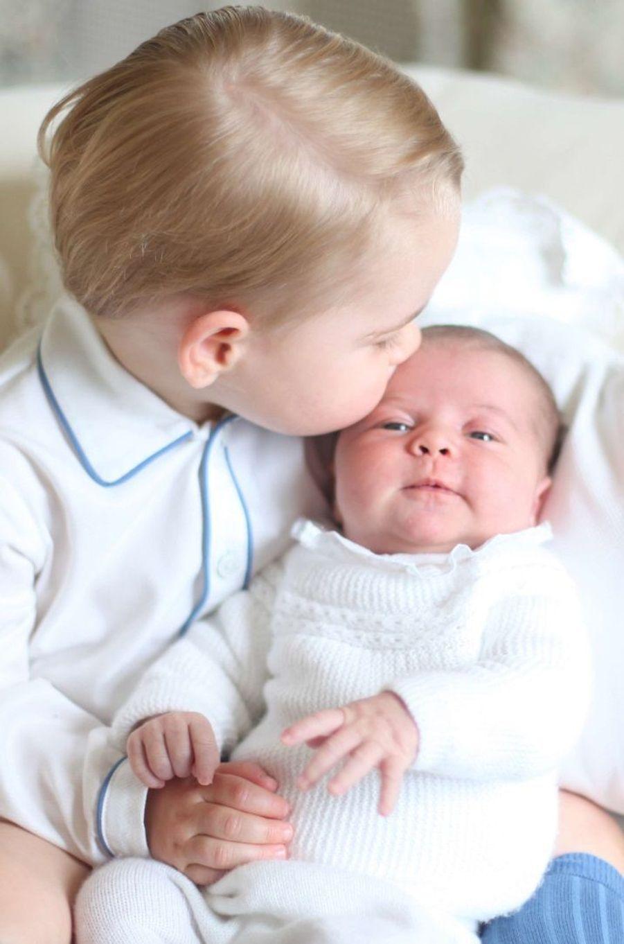 Le baiser du prince George à Baby Charlotte