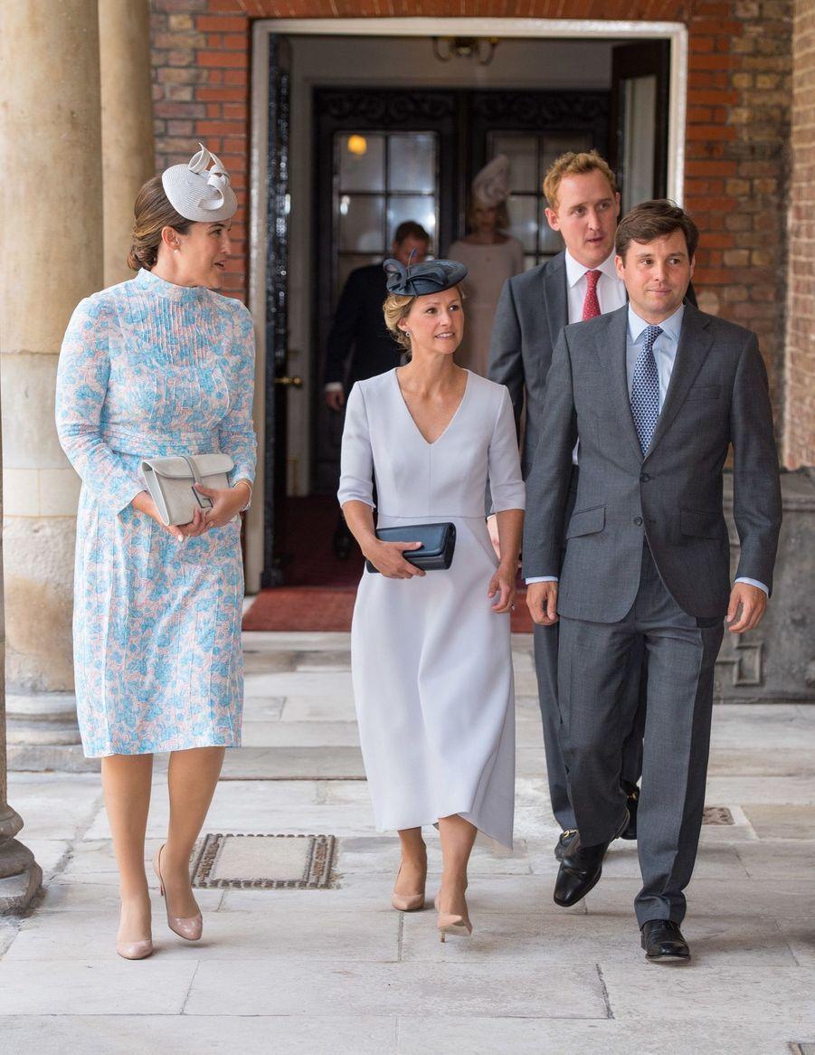 Lucy Middleton, Hannah et Robert Carter devant Harry Aubrey Fletcher au baptême du prince Louis