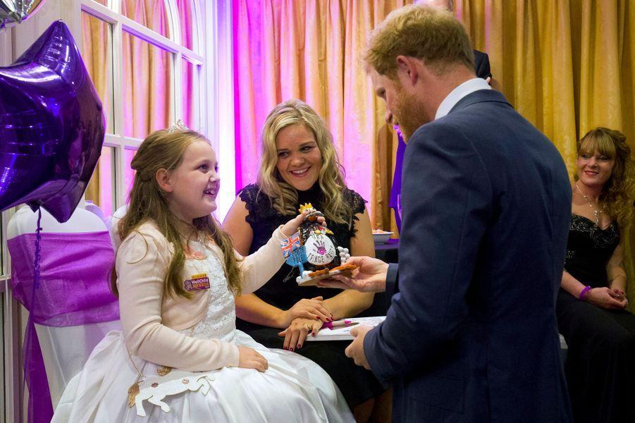 Le prince Harry avec la petite Ruby aux Wellchild Awards à Londres, le 5 octobre 2015