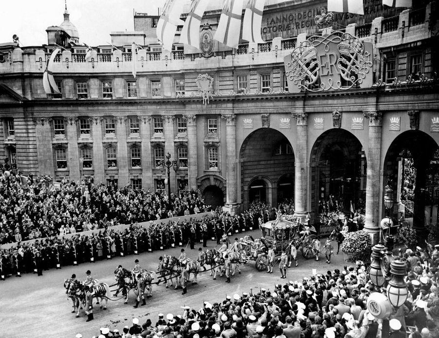 Le carrosse de la reine Elizabeth II, tiré par huit chevaux, le jour de son couronnement, le 2 juin 1953