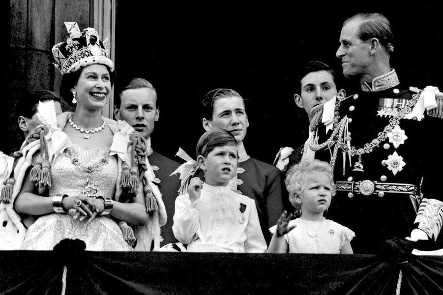 La reine Elizabeth II, le jour de son couronnement, le 2 juin 1953, avec le prince Philip et leurs enfants le prince Charles et la princesse Anne