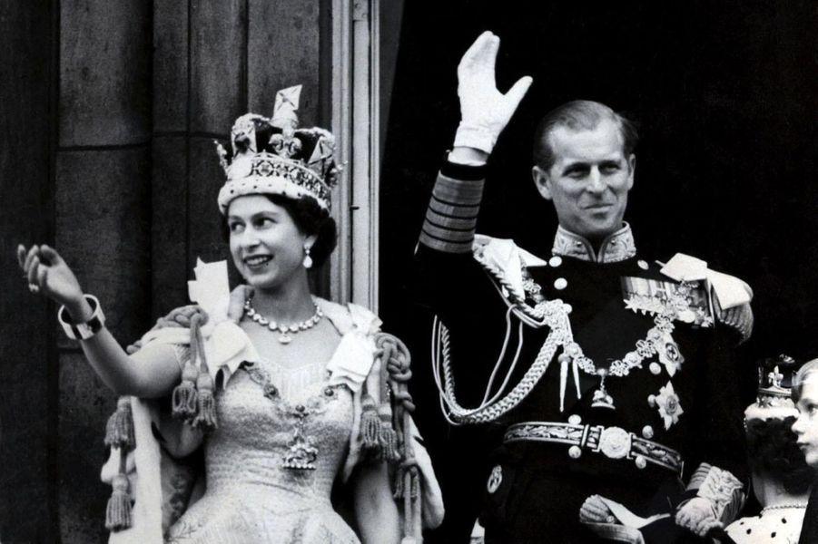 La reine Elizabeth II, le jour de son couronnement, le 2 juin 1953, avec le prince Philip