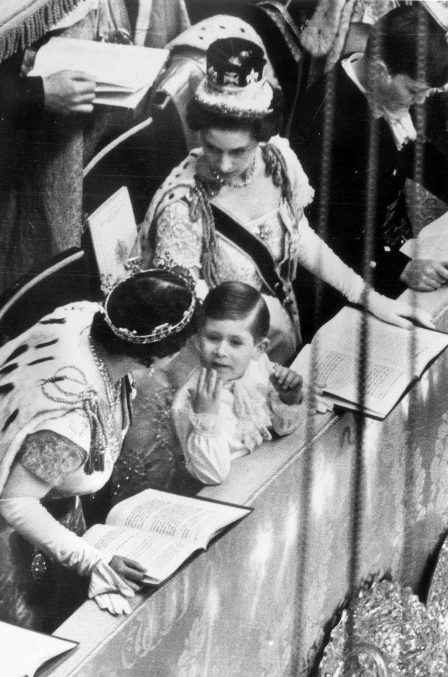 Le prince Charles avec sa grand-mère la reine mère Elizabeth et sa tante la princesse Margaret, le 2 juin 1953