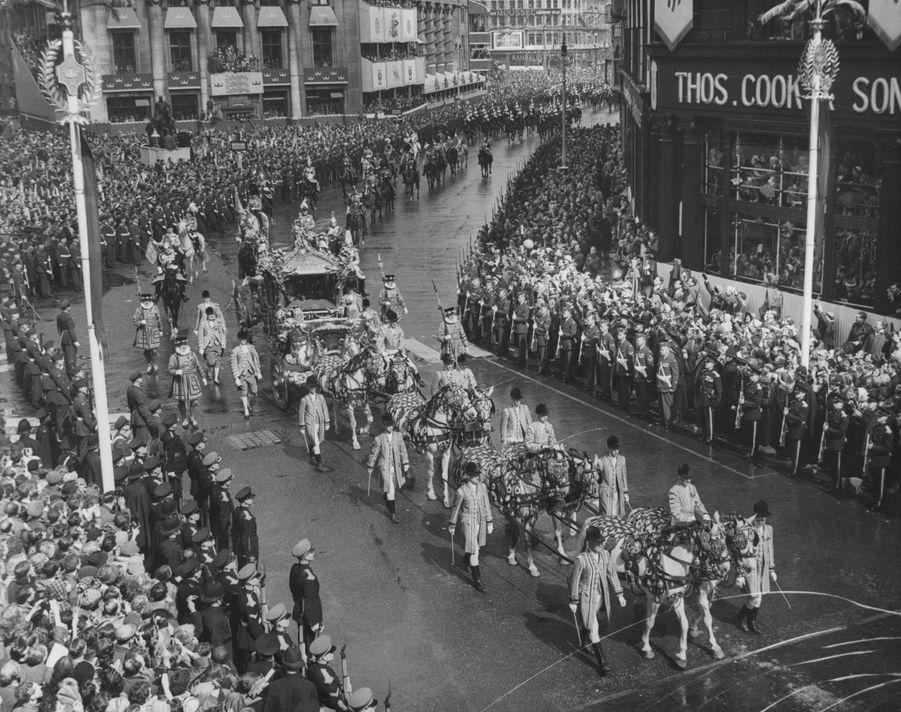 Le carrosse, tiré par huit chevaux, de la reine Elizabeth II le jour de son couronnement, le 2 juin 1953