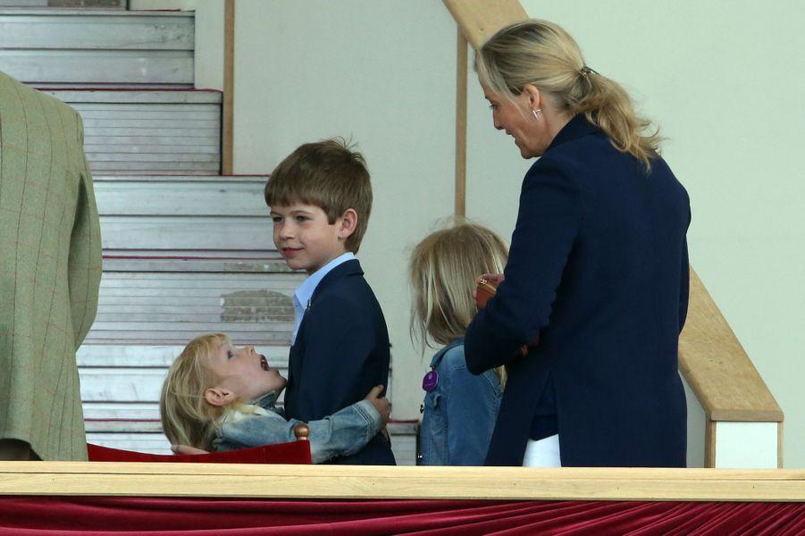 La comtesse Sophie de Wessex et son fils James vicomte Severn avecIsla et Savannah Phillips à Windsor, le 14 mai 2017
