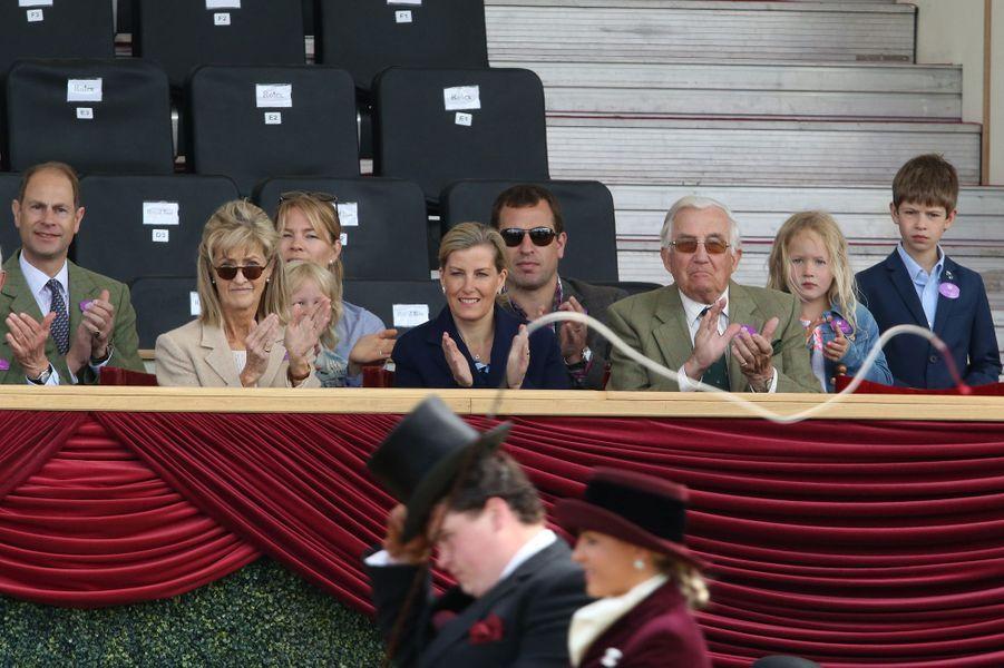 La comtesse Sophie de Wessex et le prince Edward avec leur fils James, Peter et Autumn Phillips et leurs filles à Windsor, le 14 mai 2017