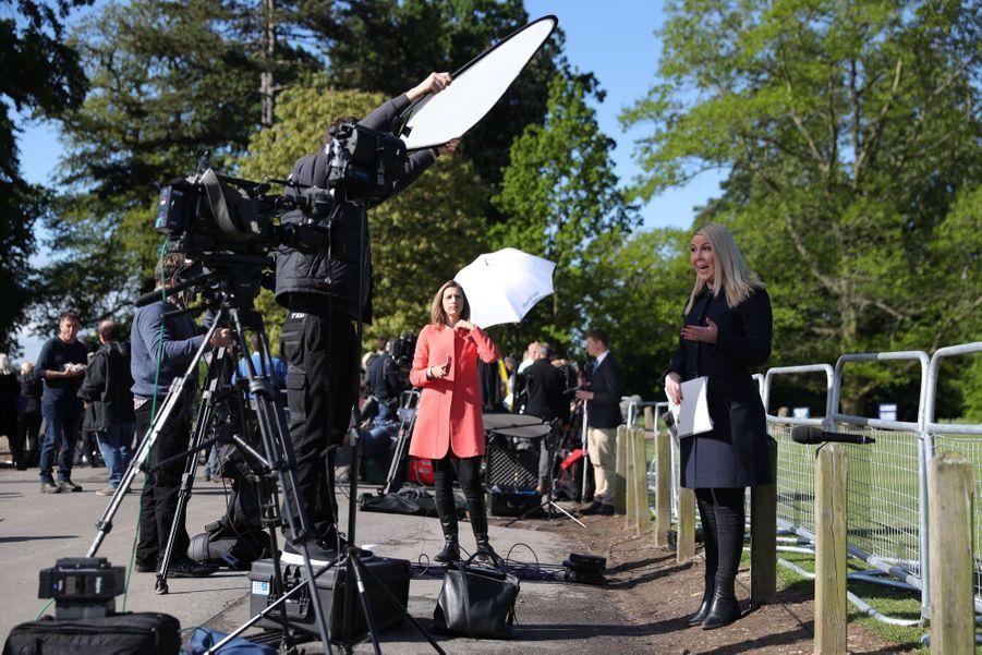 Les médias se préparent à l'arrivée des invités du mariage de Pippa Middleton, samedi 20 mai