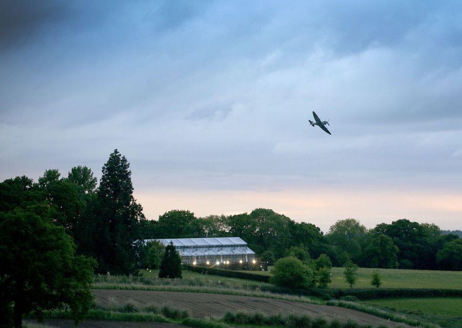 Mariage De Pippa Middleton : Un Avion Spitfire Passe Au Dessus De La Récéption Pour Saluer Les Jeunes Mariés 3
