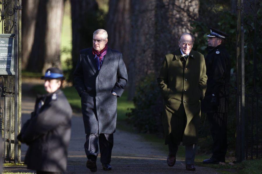 Le prince Andrew derrière le prince Philip