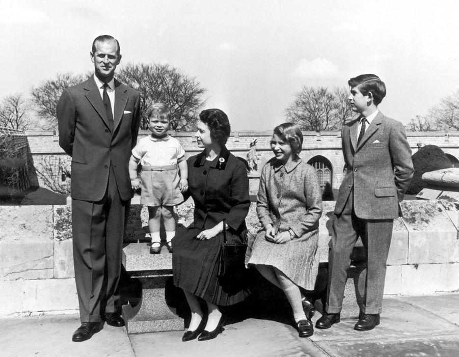 Le prince Andrew avec la reine Elizabeth II, le prince Philip, le prince Charles et la princesse Anne, le 15 août 1962
