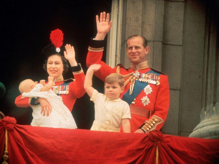 Le prince Andrew avec ses parents et son petit frère le prince Edward, le 13 juin 1964