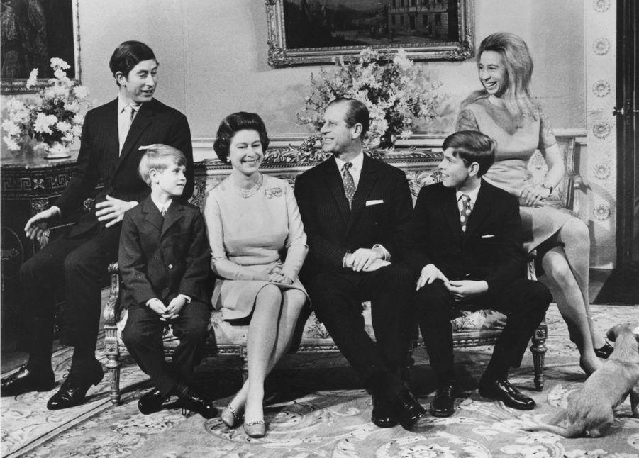 Le prince Andrew avec ses parents, ses frères et sa soeur, le 20 novembre 1972
