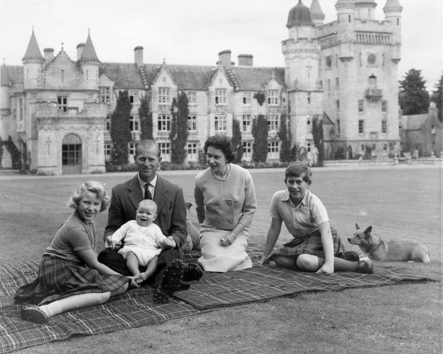 Le prince Andrew avec la reine Elizabeth II, le prince Philip, le prince Charles et la princesse Anne, le 9 septembre 1960