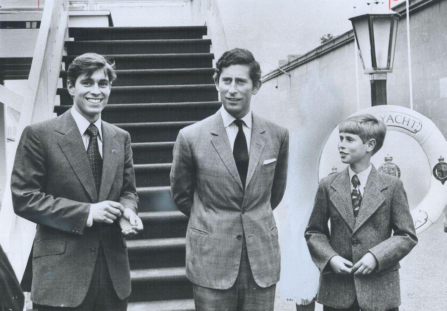 Le prince Andrew avec ses frères les princes Charles et Edward, le 23 juillet 1976