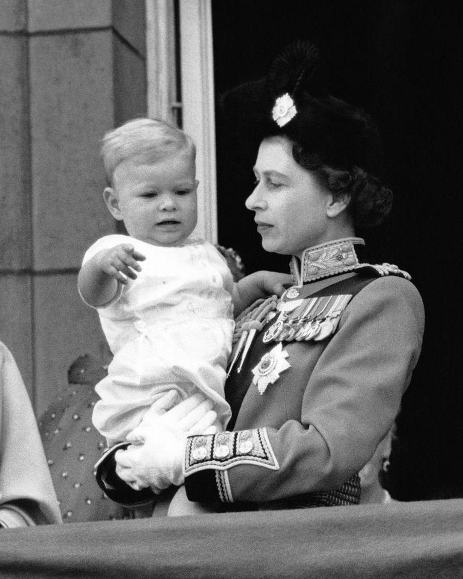 Le prince Andrew avec sa mère la reine Elizabeth II, le 10 juin 1961