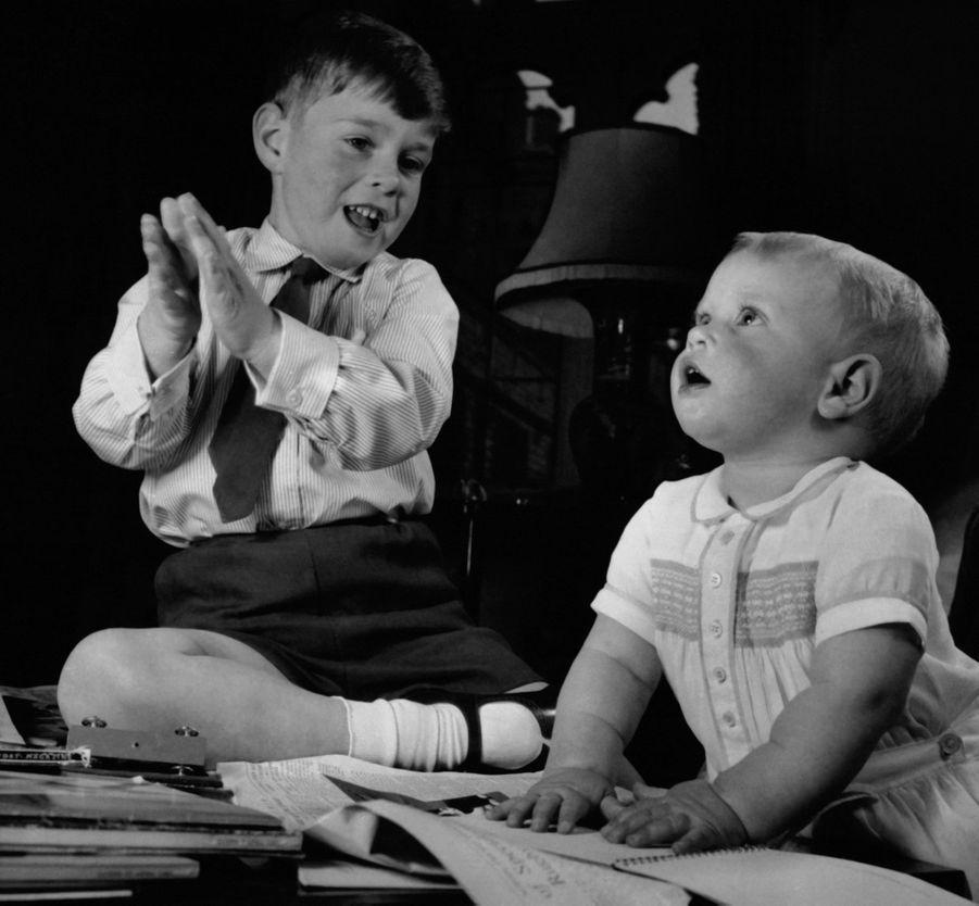 Le prince Andrew avec son petit frère le prince Edward, le 21 juin 1965
