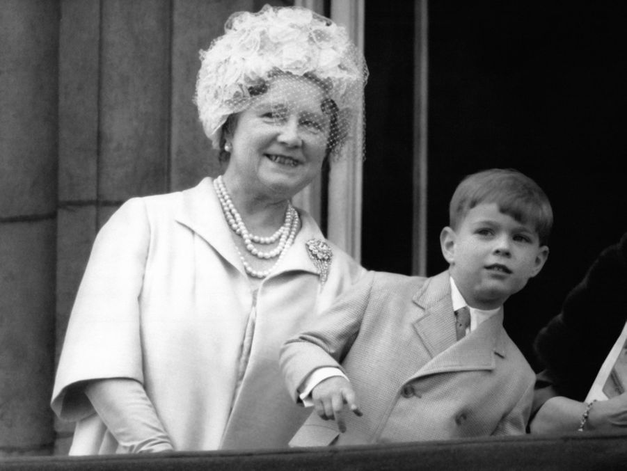 Le prince Andrew avec sa grand-mère la Queen Mum, le 11 juin 1965