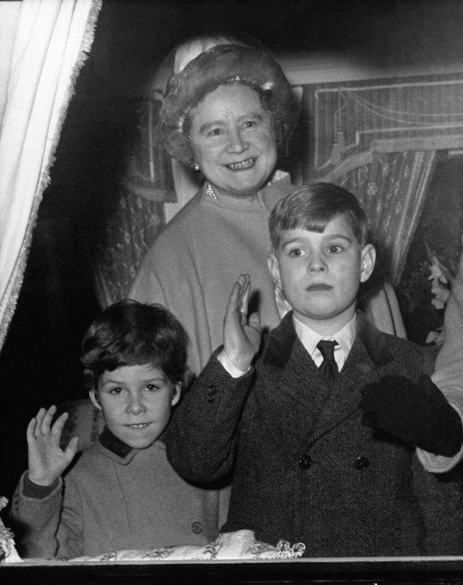 Le prince Andrew avec sa grand-mère la Queen Mum et son cousin David Armstrong-Jones, le 29 décembre 1967