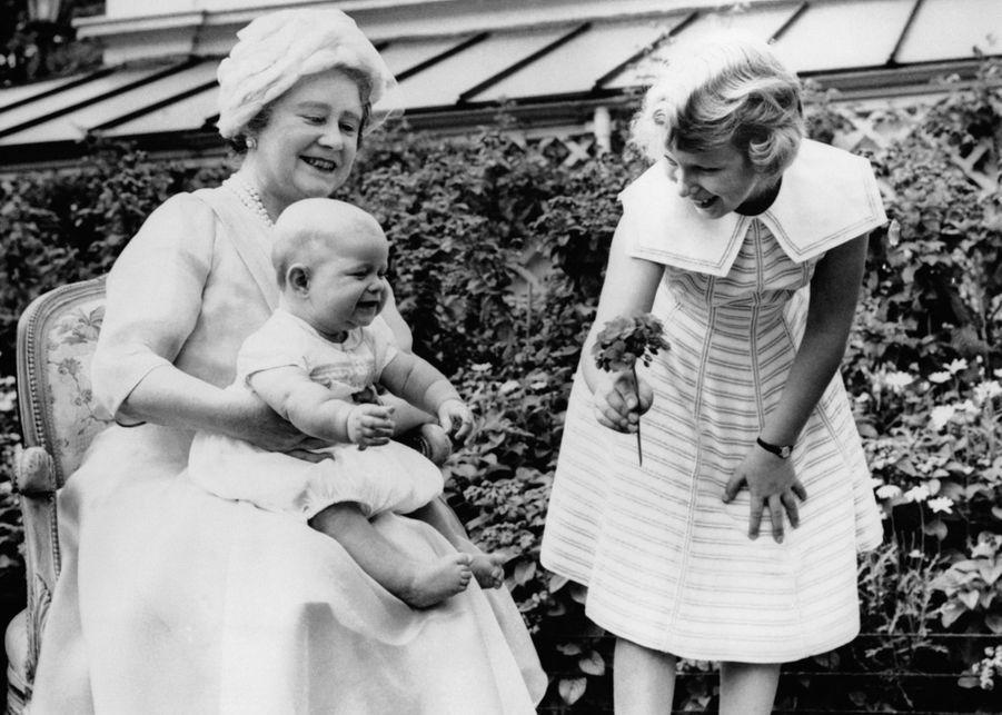 Le prince Andrew avec sa grand-mère la Queen Mum et sa soeur la princesse Anne, le 4 août 1960