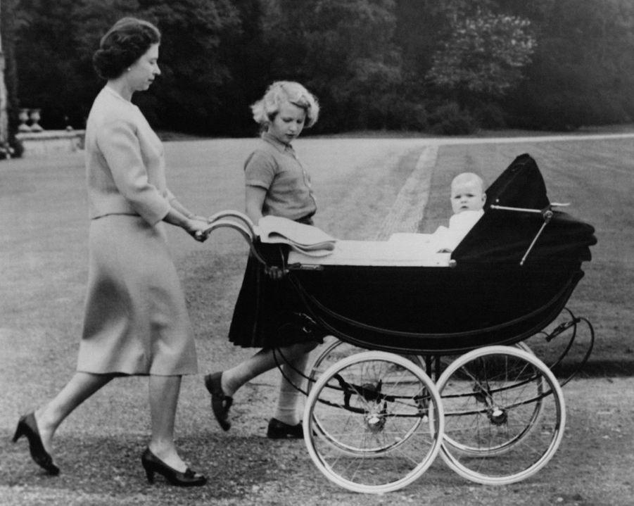 Le prince Andrew avec mère la reine Elizabeth II et sa soeur la princesse Anne, le 8 septembre 1960