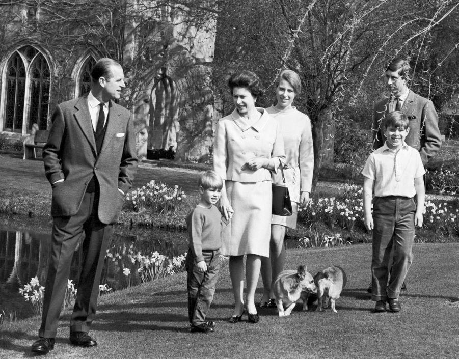 Le prince Andrew avec ses parents, ses frères et sa soeur, le 16 avril 1968