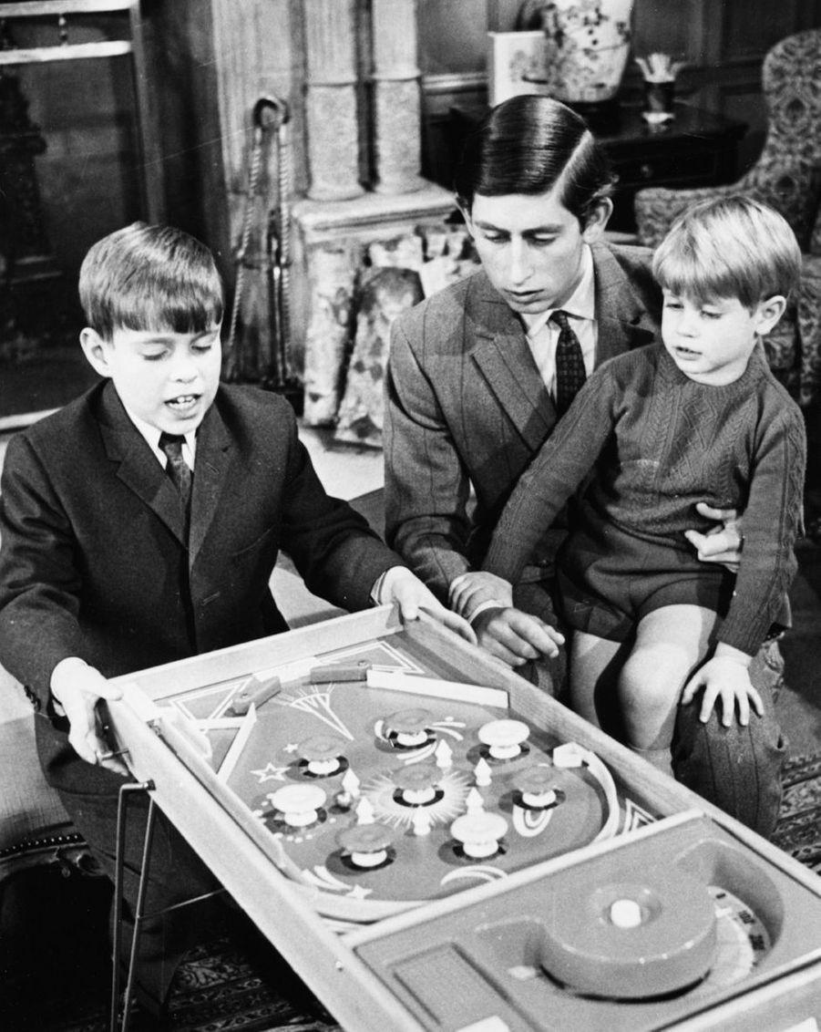 Le prince Andrew avec ses frères les princes Charles et Edward, en avril 1969