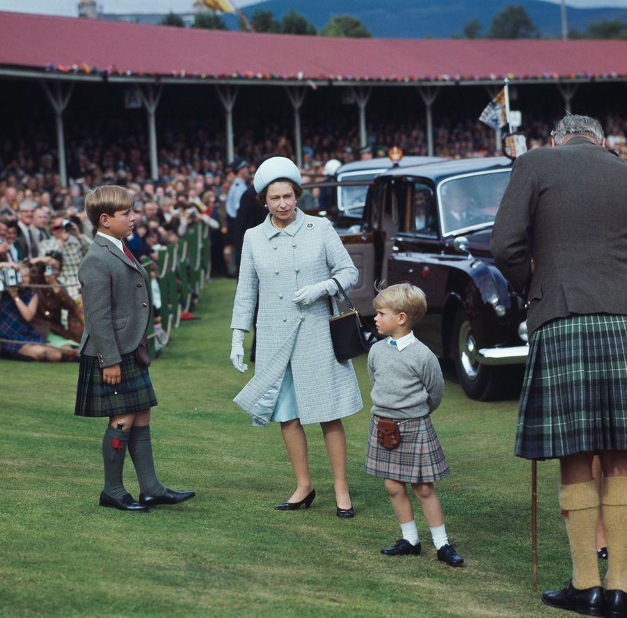 Le prince Andrew avec sa mère la reine Elizabeth II et son petit frère le prince Edward, le 31 août 1969