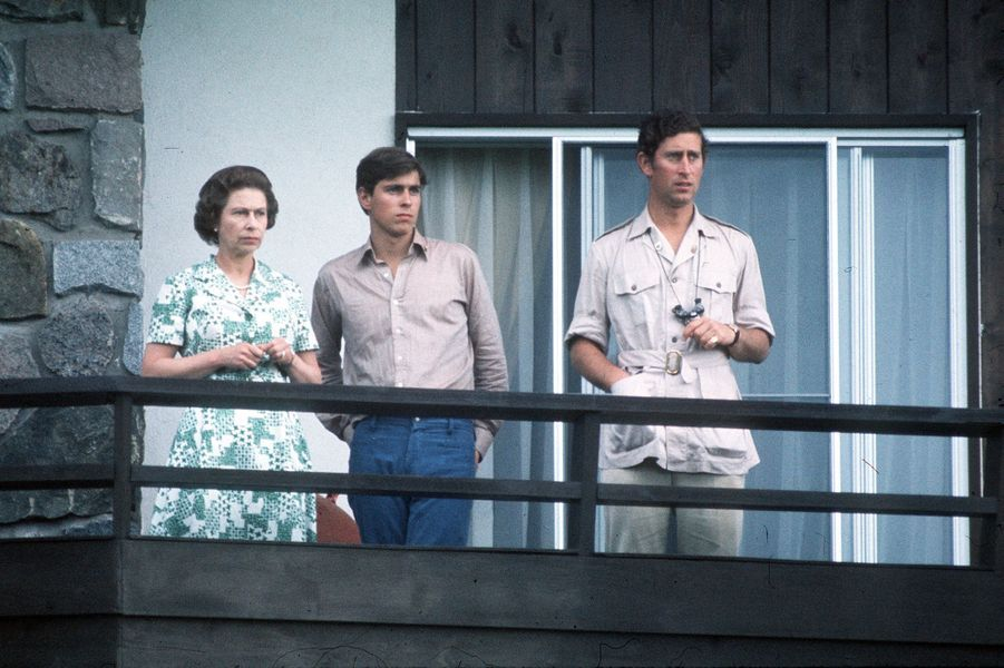 Le prince Andrew avec la reine Elizabeth II et le prince Charles, le 15 octobre 1976